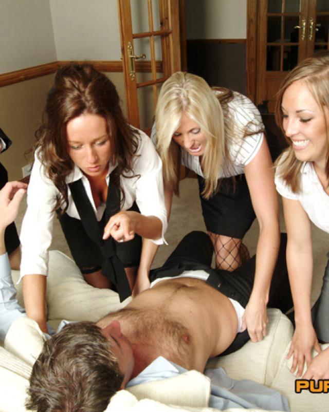 Мужик и его групповой секс с большими мамочками из офиса