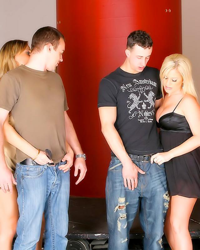 Три гламурные блондинки сосали член парня через дырку