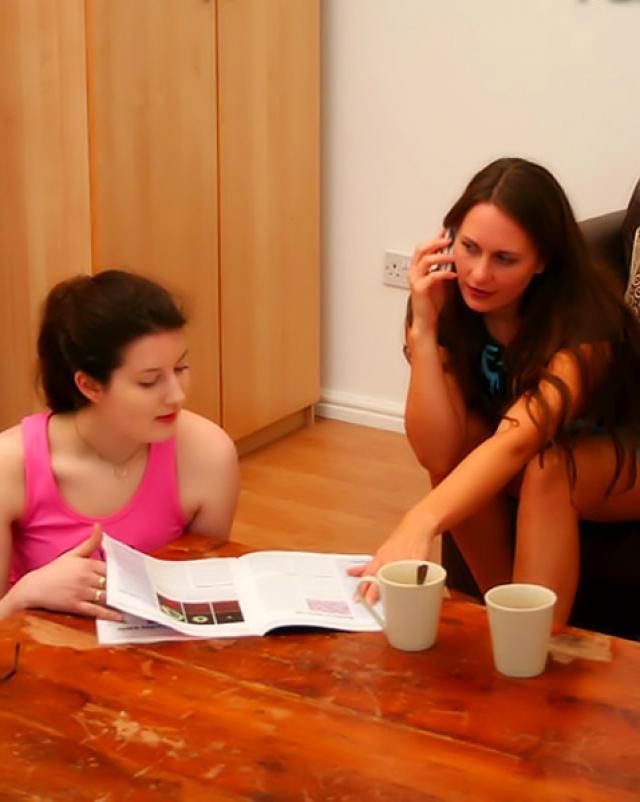 Две сестры участвуют в групповухе с шикарным партнером