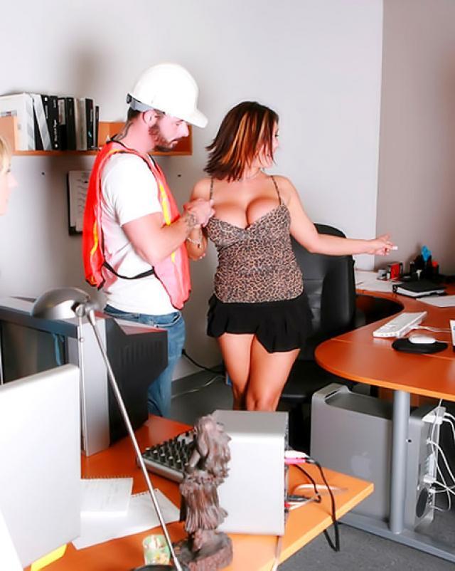 Грудастые работницы офиса устроили грязный секс