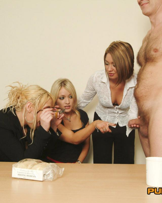 Ненасытные женщины охотно орудуют большим членом коллеги