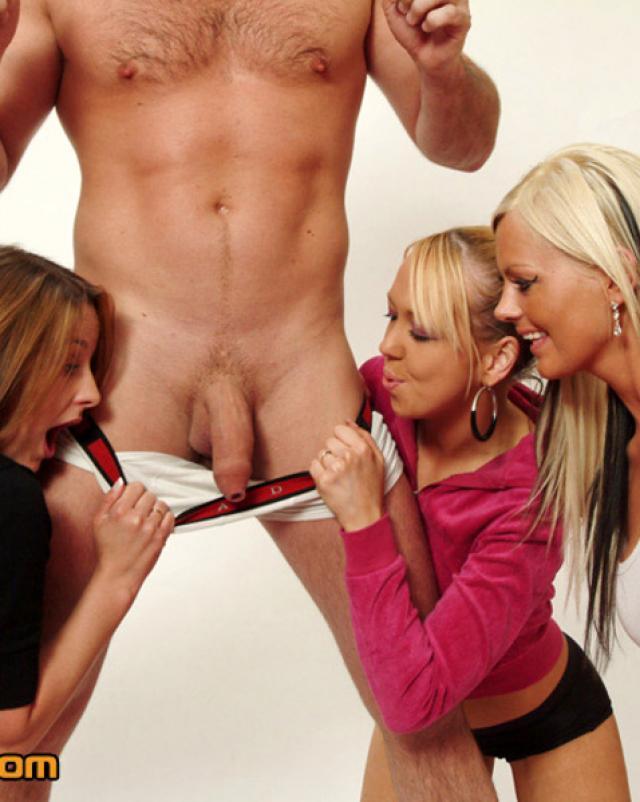 Девушки в фотосалоне набросились на мужчину натурщика