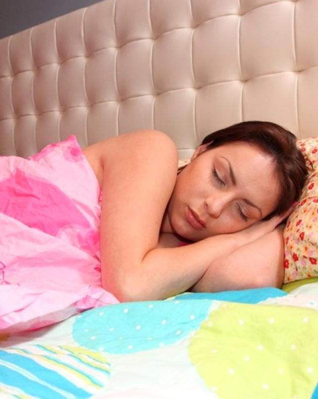 Парень трахает спящую девушку и кончает на нее