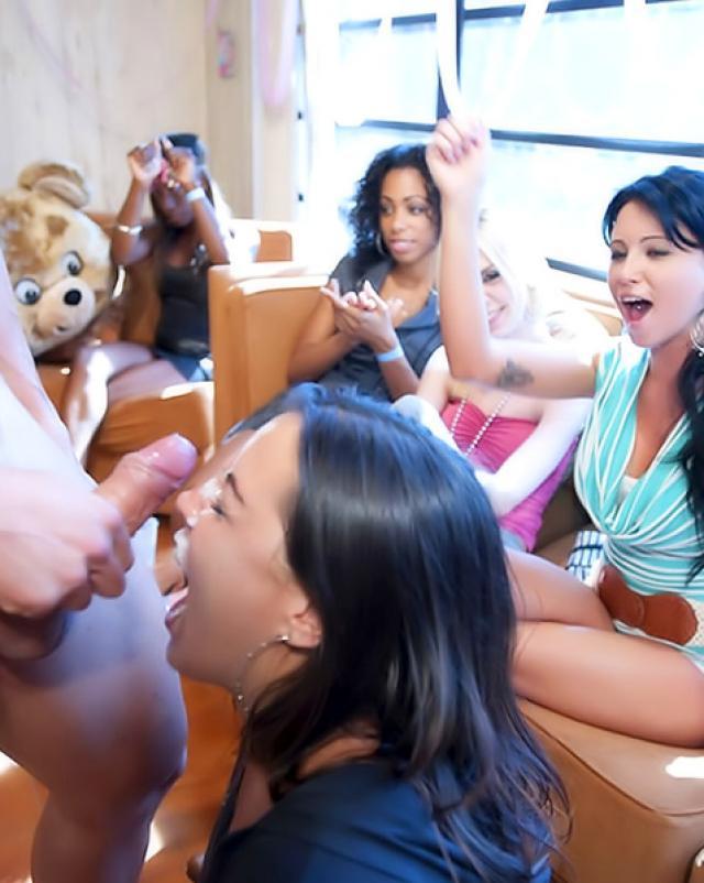 Шикарный негр шалит с толпой девушек