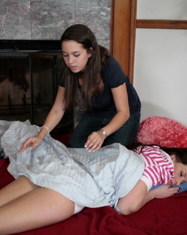 Лесбиянка с аппетитом вылизывает спящую подружку