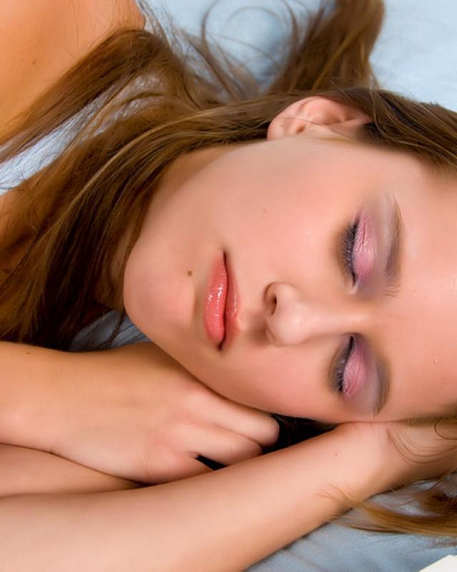 Озабоченный развратник трахнул в рот и письку спящую блондинку