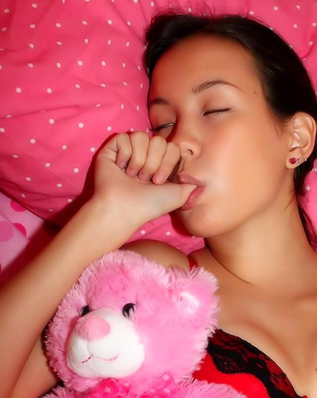 Неуловимый любовник поимел спящую девчонку во влажное отверстие