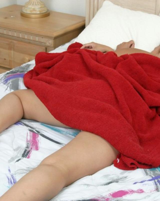 Наглая брюнеточка вылизала попку спящей подружки