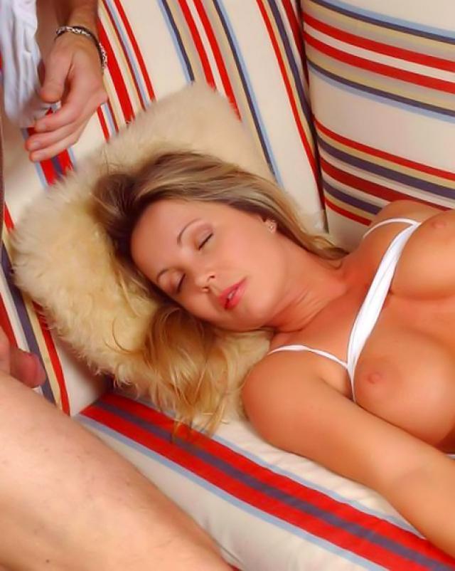 Мужик жадно трахал спящую телочку с натуральной грудью