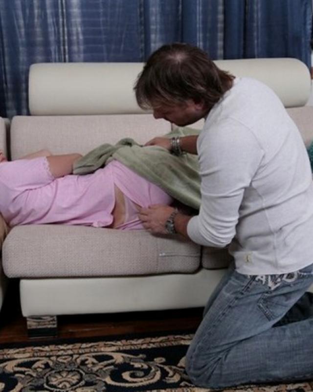 Озабоченный парень вылизал письку спящей подружки