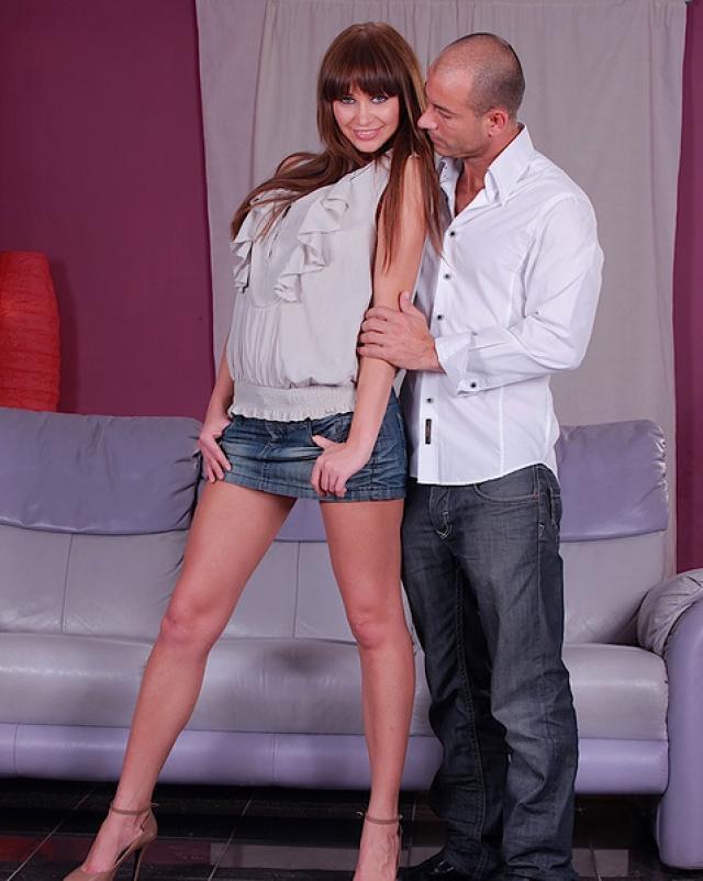 Порно фото секса раком с молодой шалавой на диване