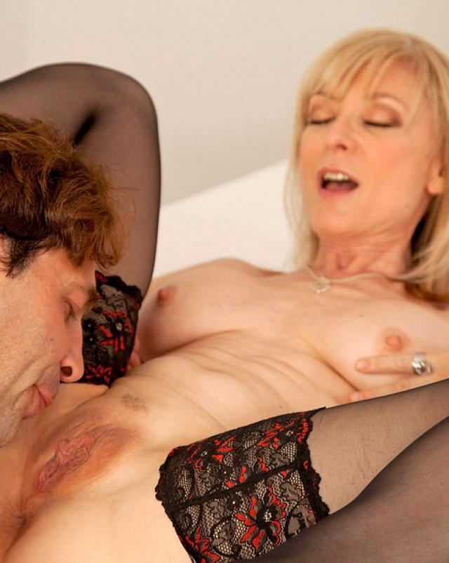 Зрелая блондинка Нина тащится от секса в положении раком