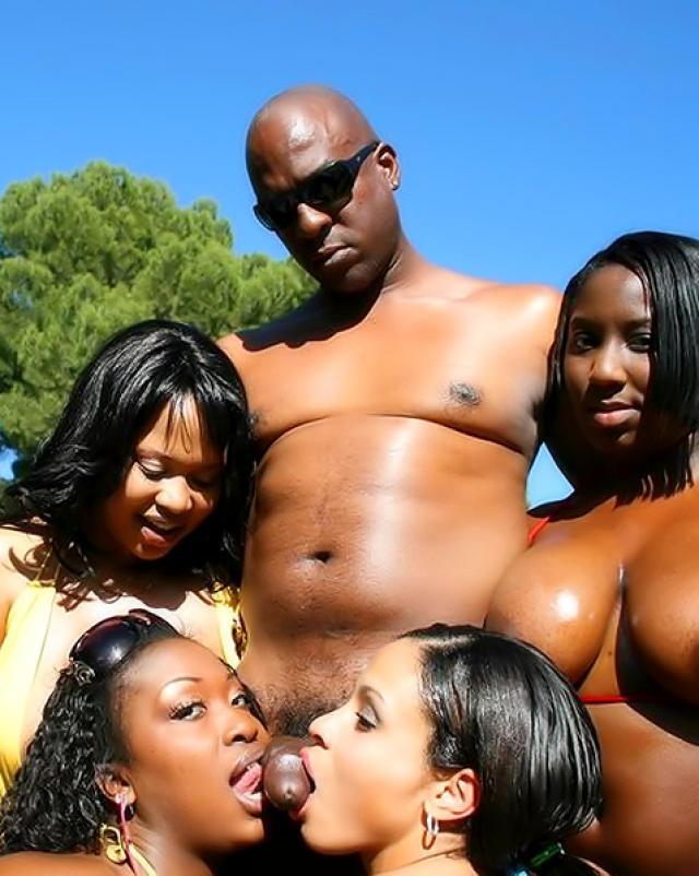Черный мужик с большим пенисом оттрахал толпу телок