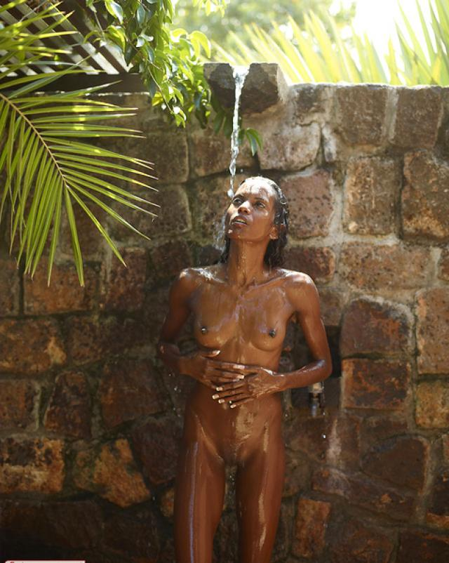 Молодая негритянка устроила жаркий стриптиз в душе