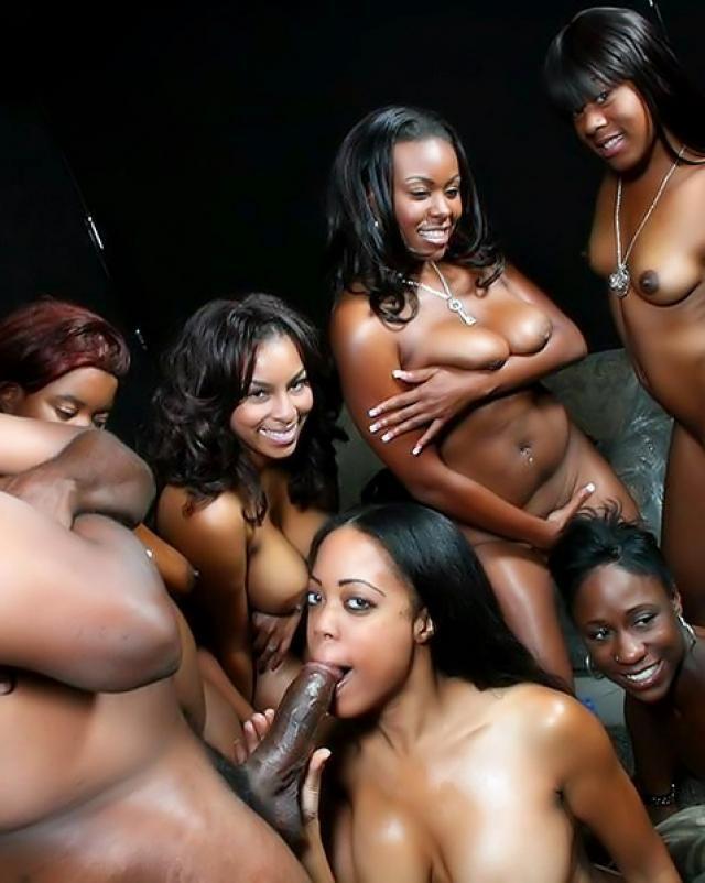Здоровый негр трахает толпу чернокожих телок на вечеринке