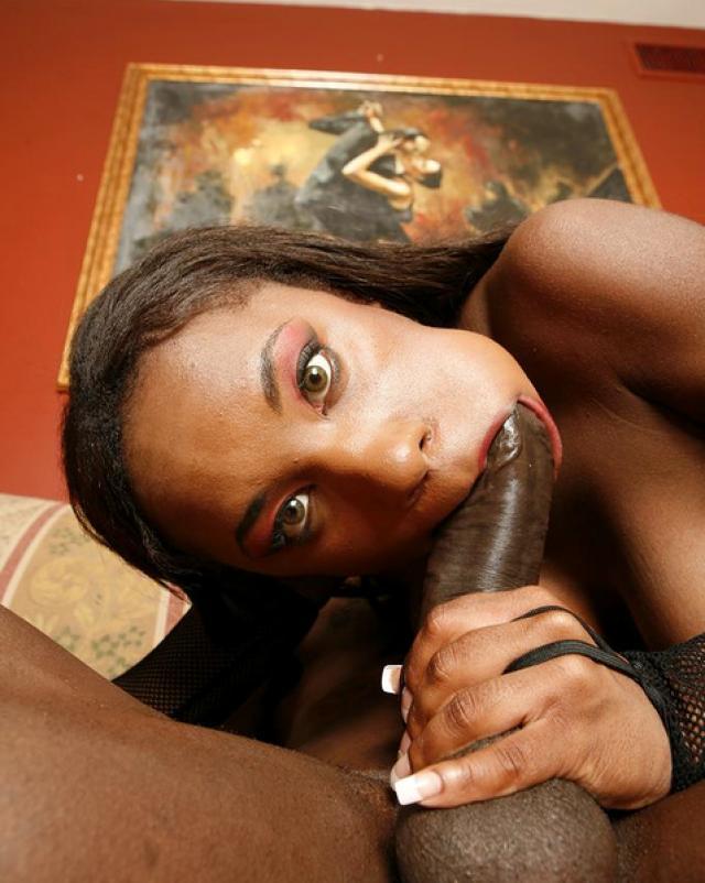 Чернокожая шлюха занимается аналом с парнем из гетто на диване