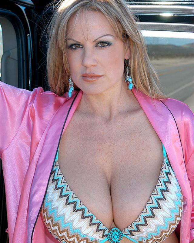 Роскошная девушка с большой грудью в мини бикини