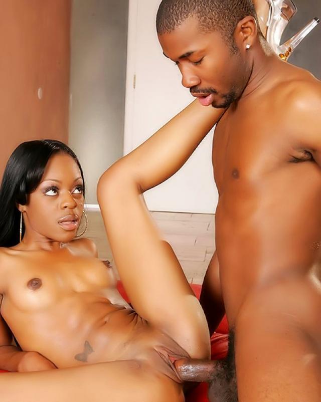 Гламурная черная девушка аппетитно отсасывает большой член