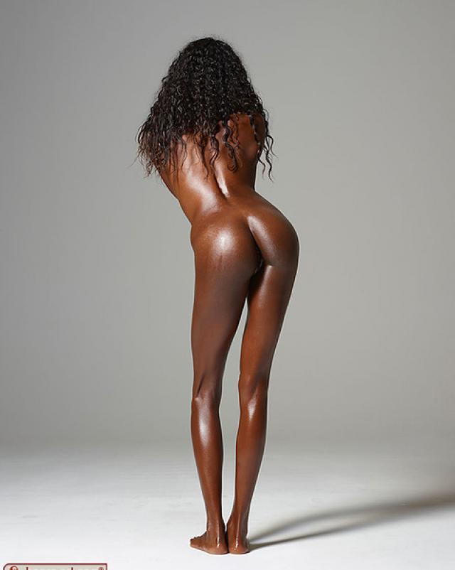 Черная девушка в оливковом масле обожает интимные фото