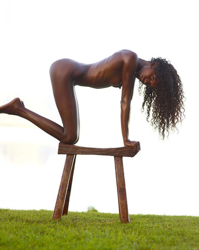 Гибкая негритянка растягивается на свежем воздухе