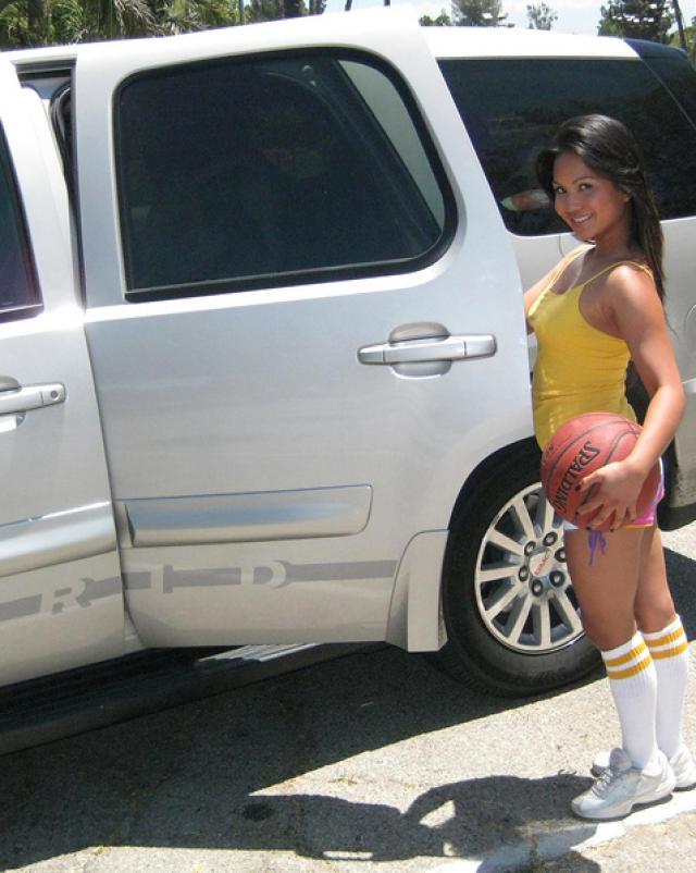 Парень трахает уснувшую азиатскую спортсменку и кончает на личико
