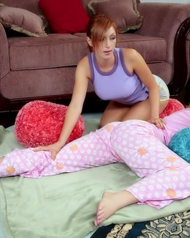 Рыжая девушка проникает в отверстия спящей подруги пальцами