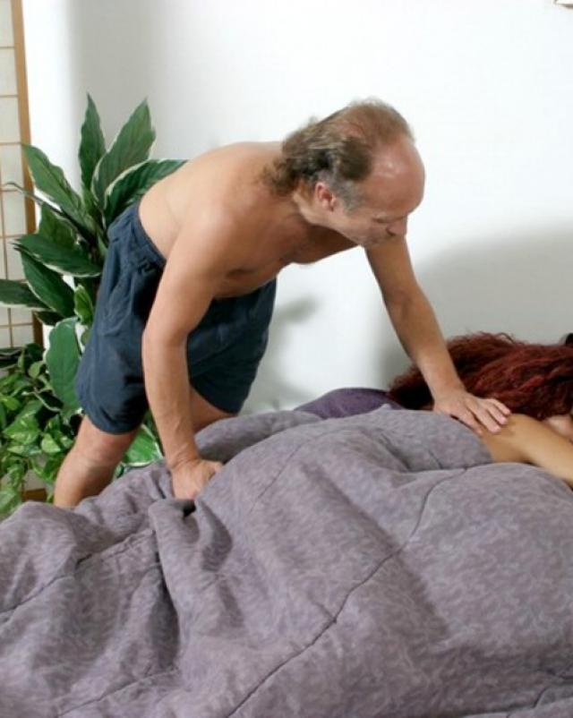 Старый извращенец ласкает спящую девушку и кончает на жопу