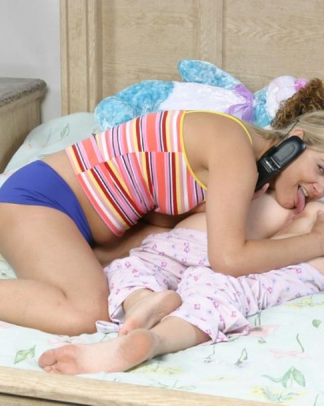 Блондинка лижет задницу спящей лучшей подруги в спальне