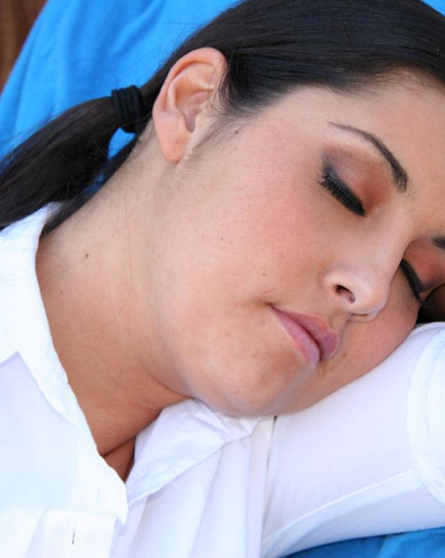 Мужик кончил на лицо спящей студентки после ласки ее тела