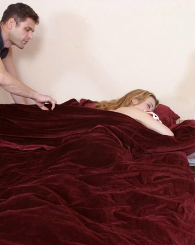 Мужик вылизывает очко спящей девушки на кровати