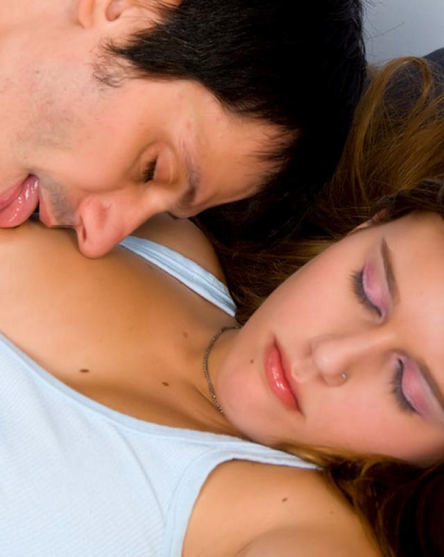 Подлец трахает молоденькую подружку в мокрую киску