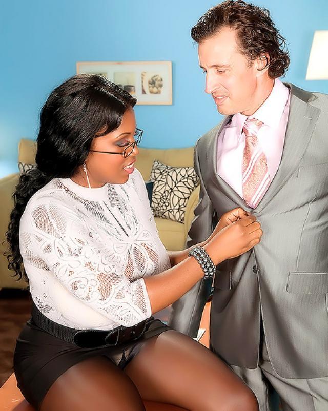 Негритянская секретарша поддается на секс своему боссу