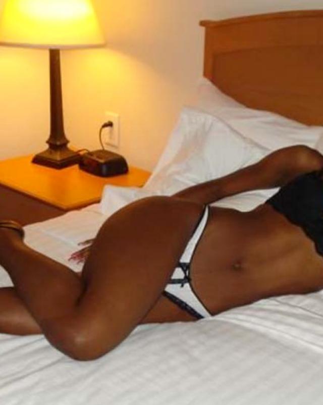 Негритянка в трусиках хвастается своим сексуальным телом