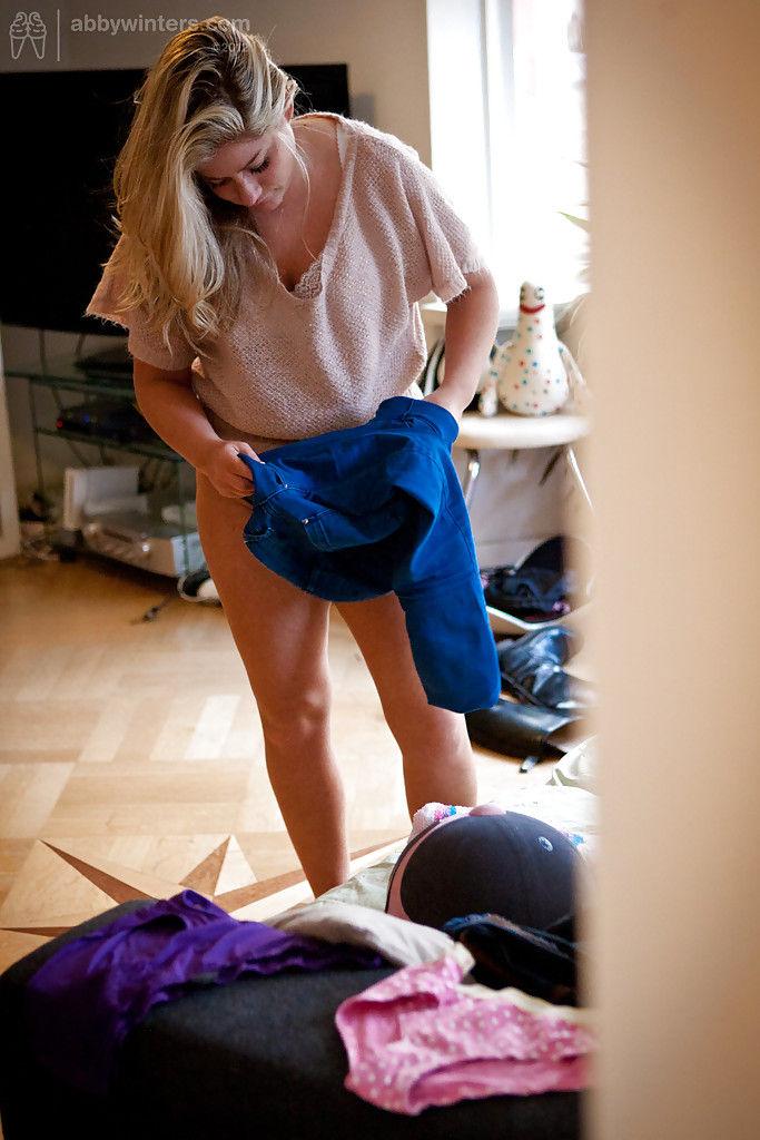 Толстая чикса мерит новые джинсы перед зеркалом