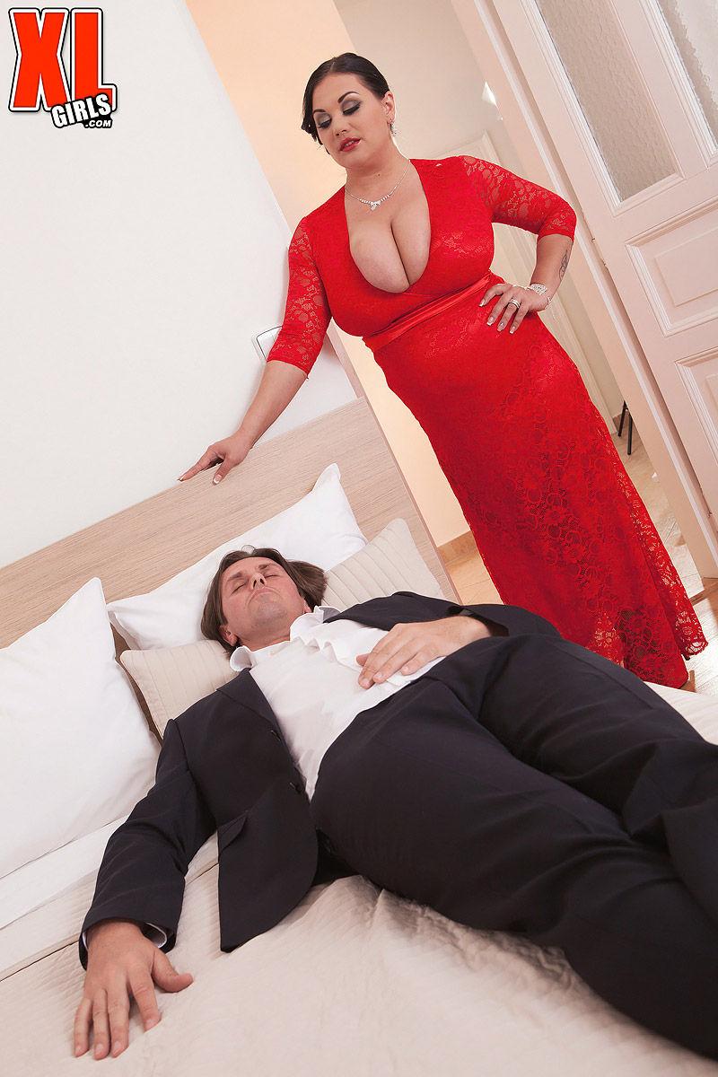 Сексуальная толстушка медленно дрочит член ухажера