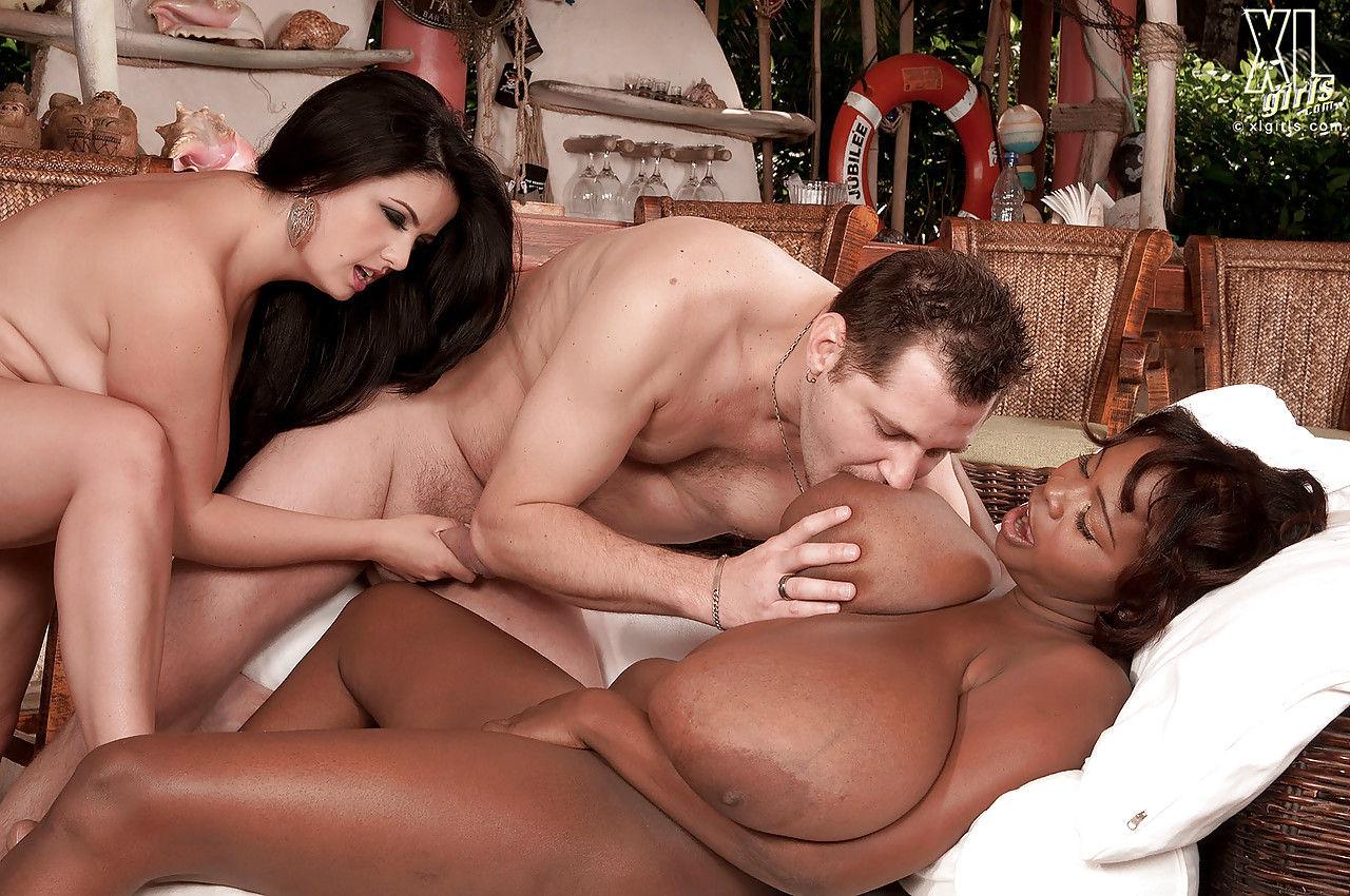 Мужик вылизывает огромную грудь и задницу черной толстушки