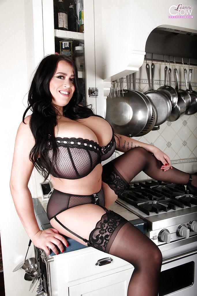 Толстушка с огромными дойками хочет позировать на кухне