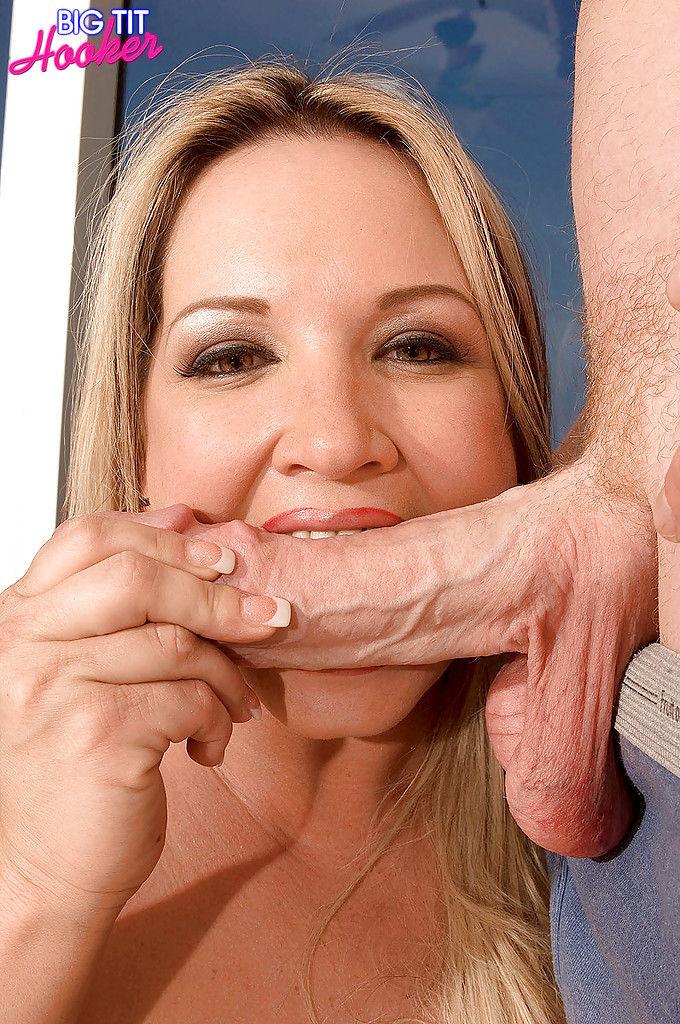 Крутой парень дал в рот толстой блондинке с большими дойками