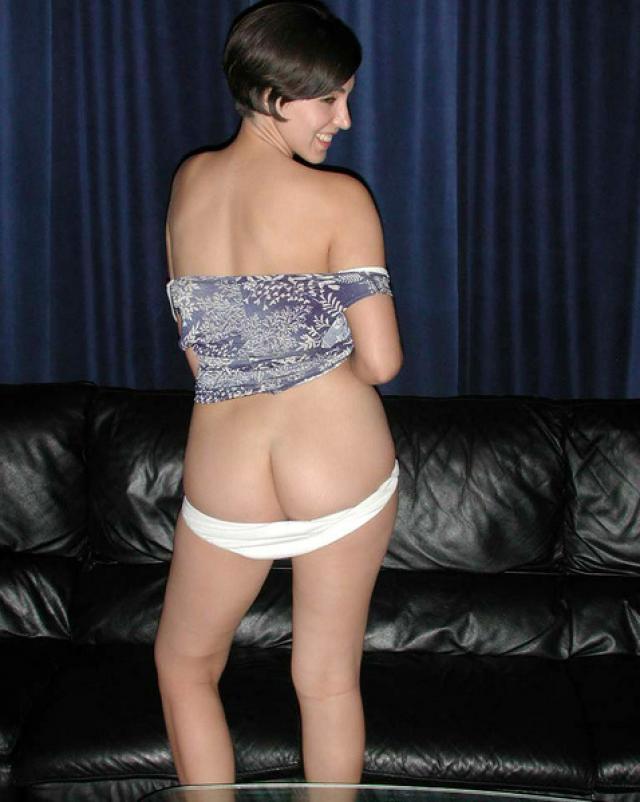 Телка с мохнатым влагалищем похабно располагается на диване