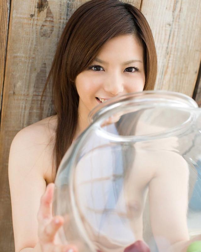 Скромная японка выставляет волосатую письку на показ