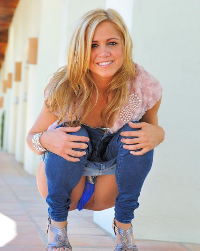 Стриптизерша в облегающих джинсах захотела разврата на улице