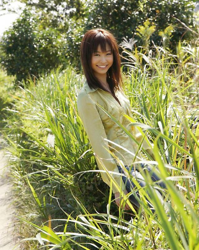 Японка в джинсах снимает всю одежду в жаркий летний день