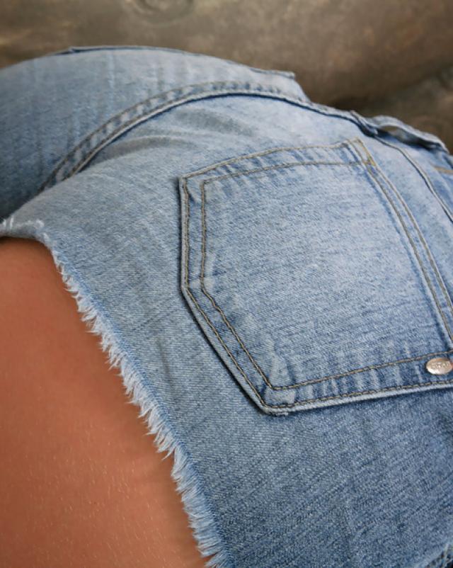 Студентка в джинсовых шортах эротично кувыркается на диване