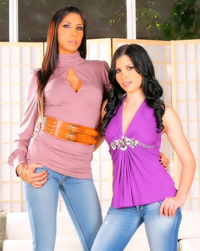 Две гламурные девушки в джинсах любят большой член