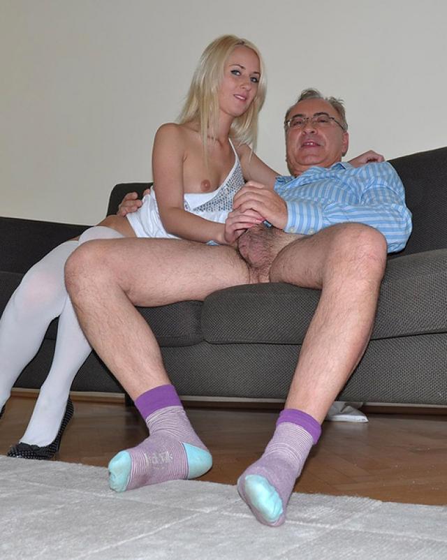 Старый нахал жарит пизду блондинки в джинсовых шортах