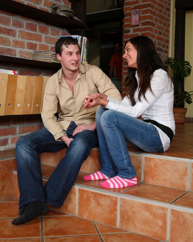 Подлец дает в рот девушки в обтягивающих джинсах