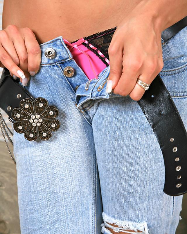 Брюнетка снимает сексуальные джинсы до трусиков