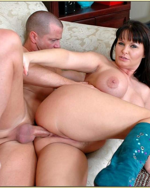 Пухлая мамаша дает в анал