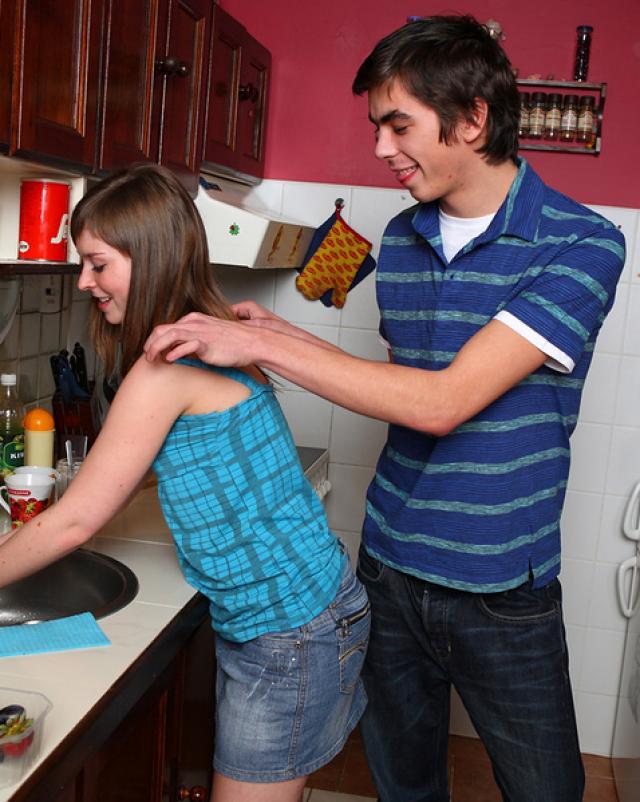 Раздетая девица трахнулась на кухне с окончанием в ротик