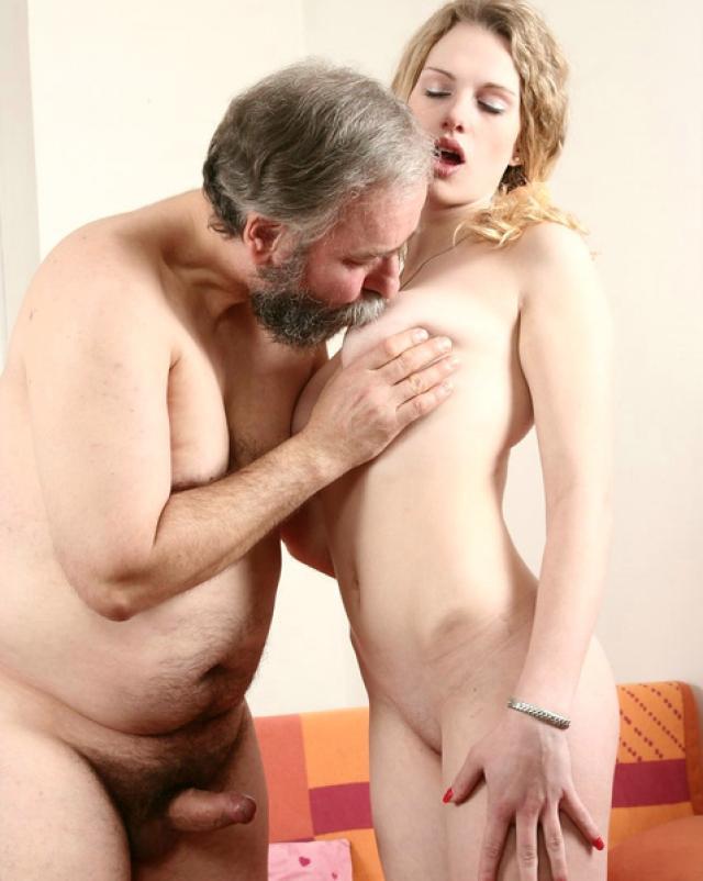Старичок забавляется с молодохуй